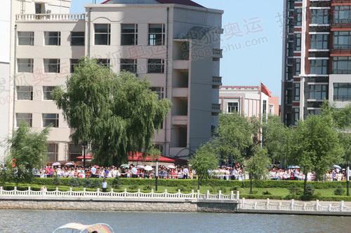 劳动湖音乐广场对面观看的市民