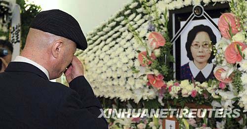 7月12日,在韩国首都首尔一家医院举行的葬礼上,被枪杀女游客的丈夫掩面哭泣。