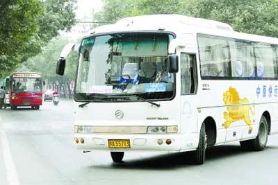 """不久后,城市公交和城际客车可能成为""""一家人""""   商报记者 周敏/摄"""