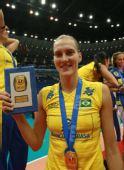 图文:巴西女排3-0日本全胜夺冠 安娜展示奖牌
