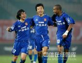 图文:[中超]陕西1-0成都居首 王鹏左拥右抱