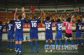 图文:[中超]陕西1-0成都居首 西北狼答谢球迷