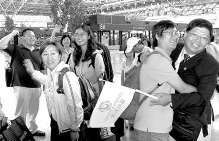 在台北桃园机场,上海游客与相伴十天的台湾导游挥手话别