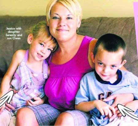 母亲杰西卡和儿子欧文、女儿塞丽尼蒂在一起