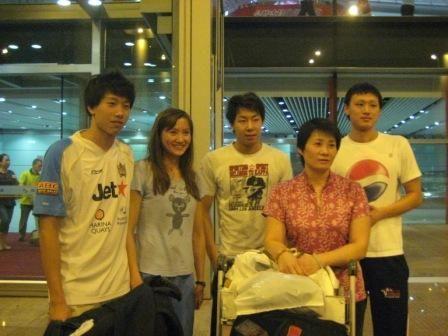 图文:张琳结束澳洲集训回国 机场合影留念