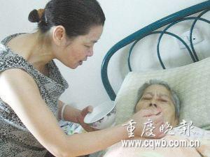 朱晓燕给婆婆喂水