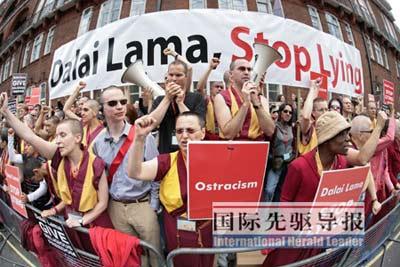 5月22日,达赖在伦敦遭到西方雄天信众的抗议。法新社