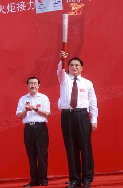 吉林省省委书记王珉展示圣火