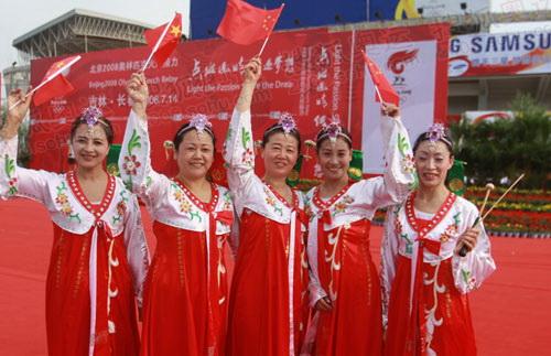 朝鲜族演员挥舞旗帜等待火炬到来