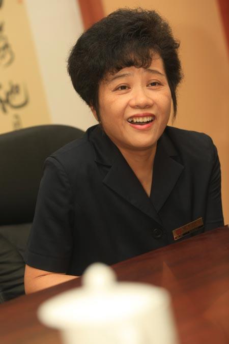目前唯一在工作岗位上的当年服务员张丽华女士回忆当年为领袖倒水
