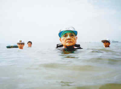 邓小平87岁高龄时仍在北戴河游泳