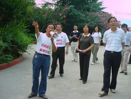 江油工业学校校长郭汉祥(左一)陪同各领导察看学校受损情况