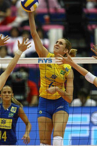 图文:巴西女排3-0日本全胜夺冠 塞萨长臂扣球