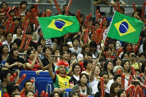 图文:巴西3-0日本全胜夺冠 巴西国旗看台飘扬
