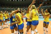 图文:巴西3-0日本全胜夺冠 巴西女将拥抱庆祝
