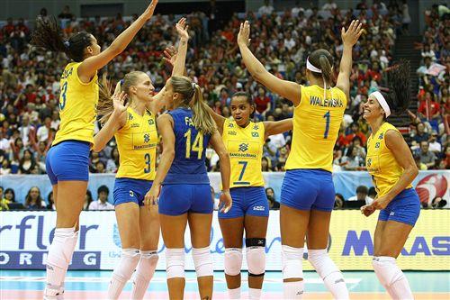 图文:巴西3-0日本全胜夺冠 巴西女排庆祝胜利