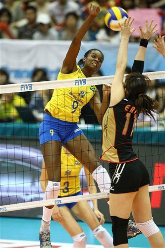图文:巴西3-0日本全胜夺冠 法比亚娜奋力扣球