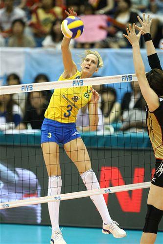 图文:巴西3-0日本全胜夺冠 玛丽安妮扣向空隙