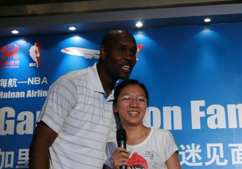 NBA图:佩顿携娇妻现身北京 佩顿和女球迷合影