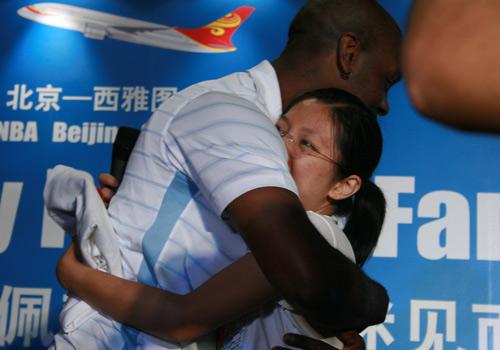 NBA图:佩顿携娇妻现身北京 佩顿和女球迷拥抱