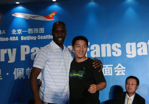 NBA图:佩顿携娇妻现身北京 男球迷和佩顿