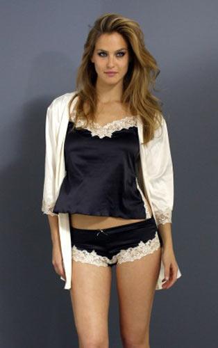 美女穿超短裙少女穿超短裙初中少女穿超短裙穿超短裙 竖