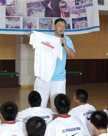 图文:张卫平夏季训练营开营 张卫平展示奖品