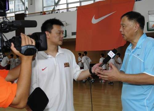 图文:张卫平夏季训练营开营 接受中央台采访