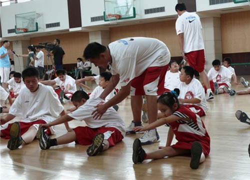 图文:张卫平夏季训练营开营 队员热身活动