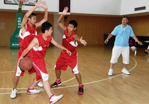 图文:张卫平夏季训练营开营 小队员理解动作