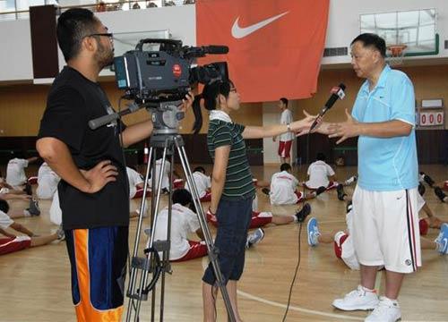 图文:张卫平夏季训练营开营 张卫平接受北京台采访