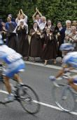 图文:2008环法大赛第10赛段 修女也来看环法