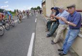 图文:2008环法大赛第10赛段 市民沿路助威