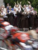 图文:2008环法大赛第10赛段 修女为车手加油