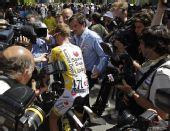 图文:2008环法大赛第10赛段 里科被记者包围