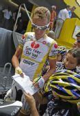 图文:2008环法大赛第10赛段 里科为支持者签名
