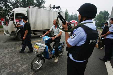2008年7月14日,警方正在对过往车辆进行安全检查。