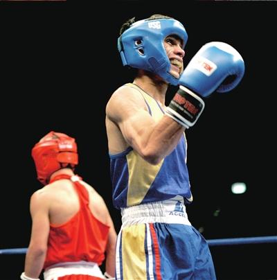 在48公斤级中,菲律宾拳王塔纳莫(右)是邹市明夺金 的最大拦路虎。图/东方IC