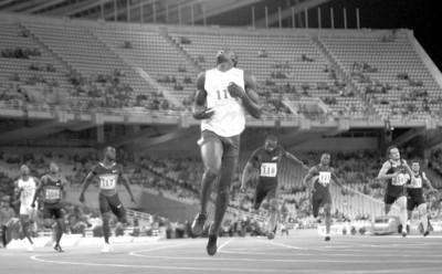 IC现场图片 □当地时间7月13日,国际田联超级大奖赛雅典站,博尔特(前)以19秒67获得男子200米冠军。
