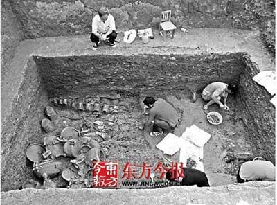 因为此处发现了大型春秋时期的古墓群,再加上数目众多的铜编钟,石编磬