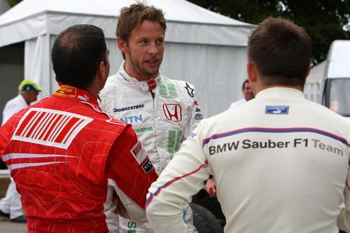 图文:英国古德伍德赛车节 巴顿与其他车手交谈