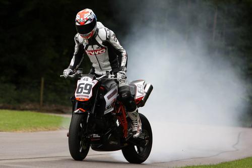 """图文:英国古德伍德赛车节 摩托车""""烧胎""""表演"""