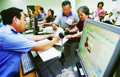 昨天,市公安局出入境管理处正在为申请赴台旅游的市民办理相关手续。 (张勇 赵莎莎 摄)