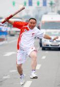 图文:奥运圣火在松原市传递 白凤金在进行传递
