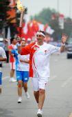 图文:奥运圣火在松原市传递 荷兰人在进行传递