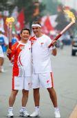 图文:奥运圣火在松原市传递 两人交接