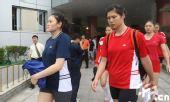 图文:女排奔赴天津进行5天封训 众人形色匆匆