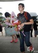 图文:女排奔赴天津进行5天封训 冯坤一脸疲惫