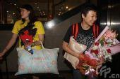 图文:女排奔赴天津进行5天封训 冯坤怀抱鲜花