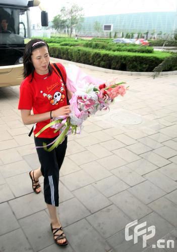 图文:女排奔赴天津进行5天封训 周苏红装扮随意